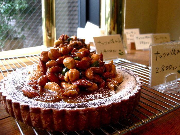 タルトの中でも定番の「ナッツの焼きタルト」は、贅沢に5種類のナッツのヌガーをのせた一品。香ばしい香りがお口の中に広がります。