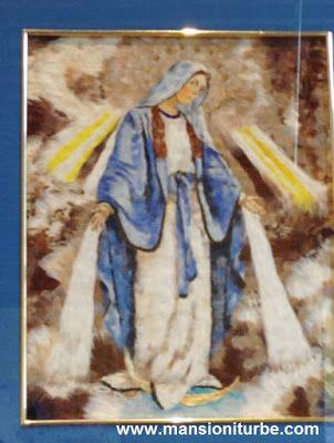 Virgen de la Medalla Milagrosa, realizada en técnica de Arte Plumario, por artistas del Grupo Nicolaita en la Exposición de Arte Plumario en Pátzcuaro