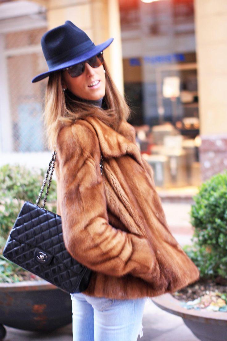 Blog de moda - Ideas de cómo combinar una chaqueta de piel. Hoy os traemos un estilismo con pitillos vaqueros, chaqueta de piel y bolso Chanel. www.thehighville.com #chanel #casual #fur #denim #fashionblogger #style #bilbao #verybilbao