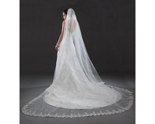 Como principal tendencia para este 2014 tenemos los velos de novia dramáticos y largos tipo catedral que se caracterizan por darle a la novia un toque de glamour y elegancia.