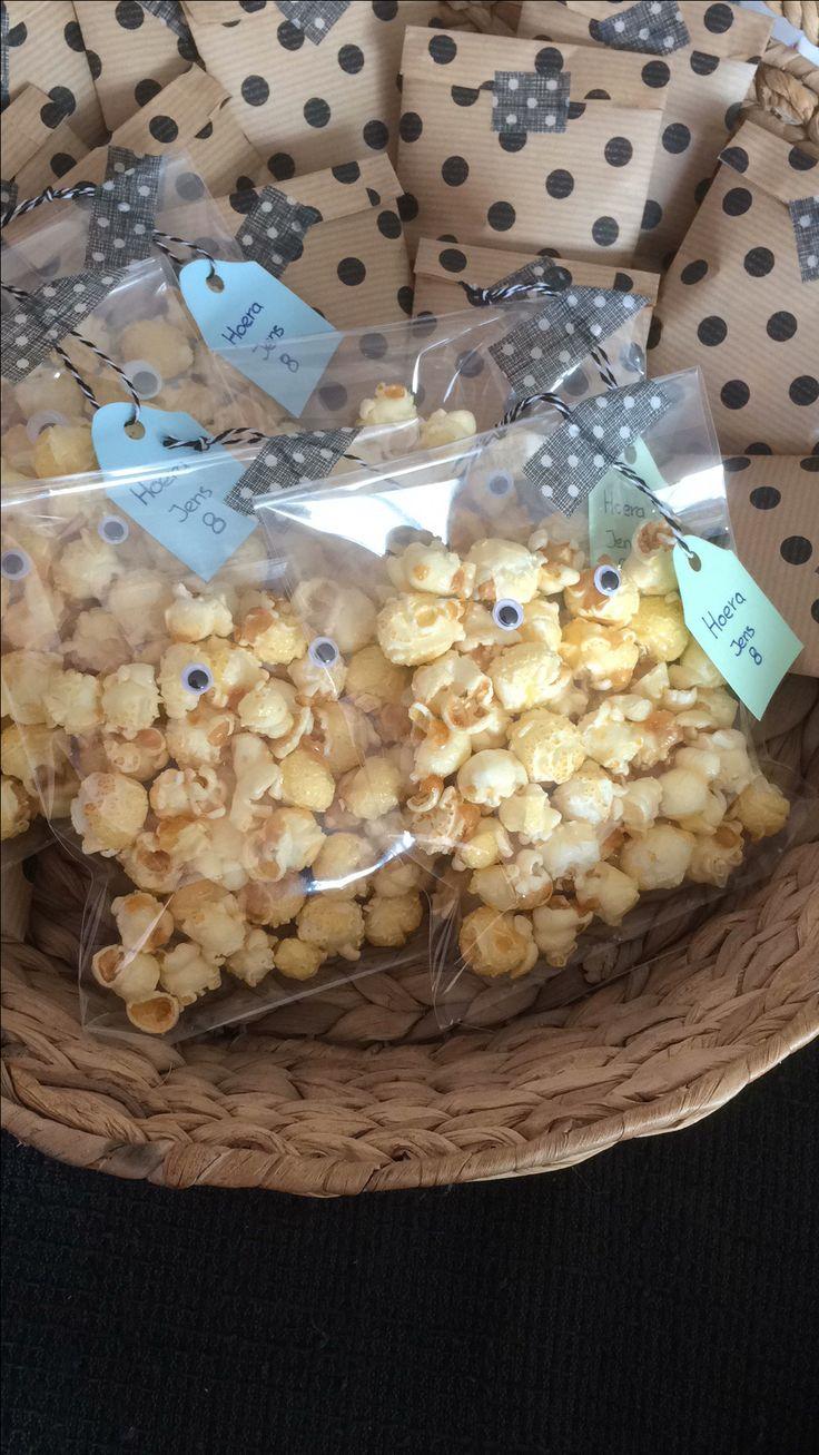 Traktatie! Zakjes popcorn! Wiebeloogjes erop en nu zijn het spookjes! Les is more!