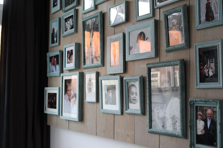 Een steigerhouten bord met geschilderde fotolijstjes..