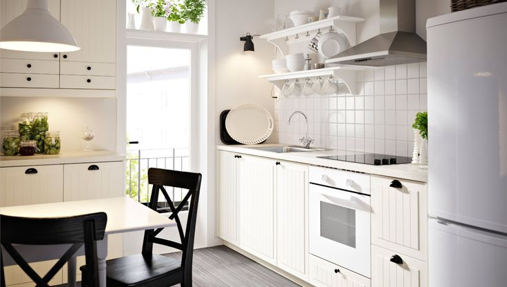 Küche mit weissen KROKTORP Schubladenfronten und Türen sowie weissen Schränken. IKEA
