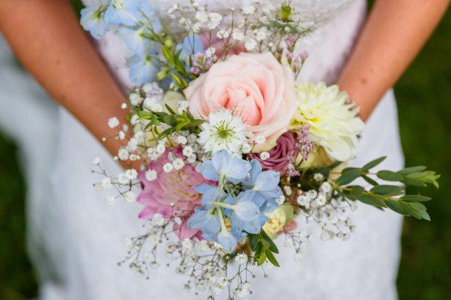 Licht en fris bruidsboeket past perfect bij een sneeuwwitte trouwjurk.