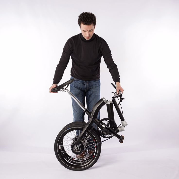 a button under the handlebar pulls the two hinge points to disconnect the bike into two parts, enabling the folding bicycle to resize for carrying in tight spaces.