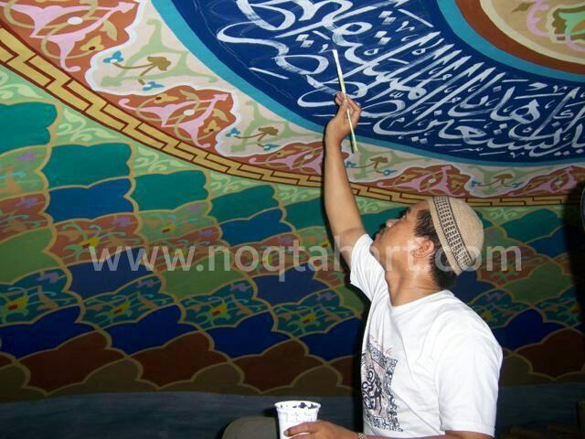 Proses penulisan kaligrafi menggunakan kuas langsung pada dinding kubah Masjid