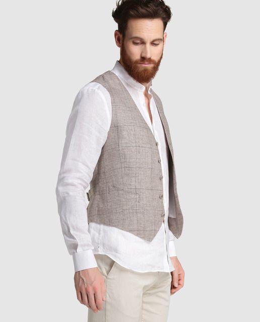Chaleco de vestir 100% lino, de cuadros color topo y perfil azul. Tiene forro interior, tres bolsillos y trabilla en la espalda para ajustar.