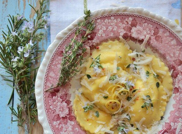 Ravioli di farro con ricotta, miele e limone