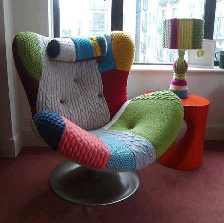 sillón forrado con pulloveres