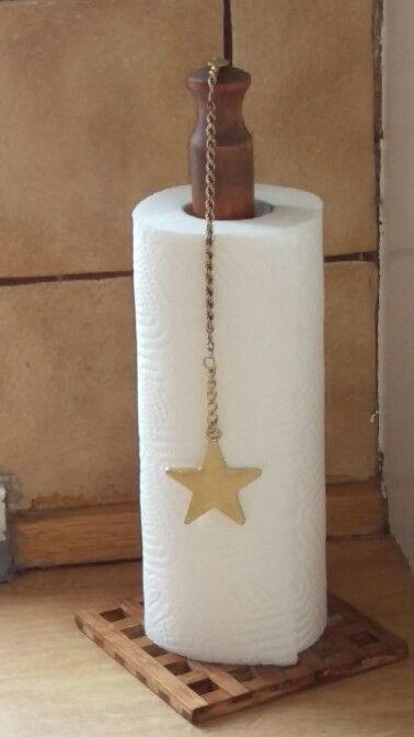 DIY - Køkkenrulleholder med påsat kæde til at holde lidt styr på den irriterende flap køkkenrullen ofte laver
