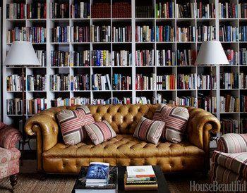 本好きなら憧れる壁一面の本棚。 ソファーでごろりと寝転がって、のんびり読書に浸りたいものです。