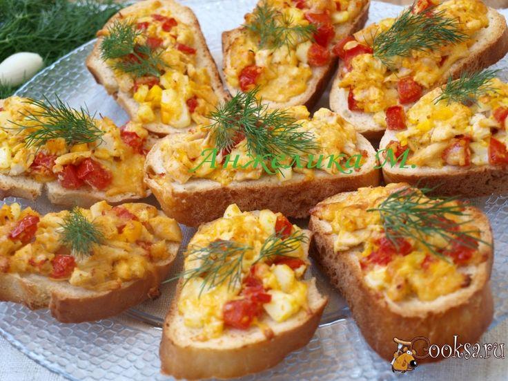Батон- 1шт, Помидор свежий- 1шт, Курица варёная- 100г, Укроп свежий (для украшения) , Сыр твёрдый- 100г, Яйца варёные - 2шт, Чеснок- 2зуб., Соль,перец (по вкусу)