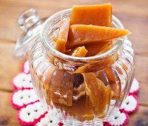 Smörkola eller gräddkola är en populär kola med smör, vispgrädde, sirap och socker. Givet julgodis men också gott godis att koka själv året runt. Kulprovet visar när kolan är klar. Slå in den färdiga smörkolan i bakplåtspapper för en traditionell känsla. Kola är fint att ge bort i present!