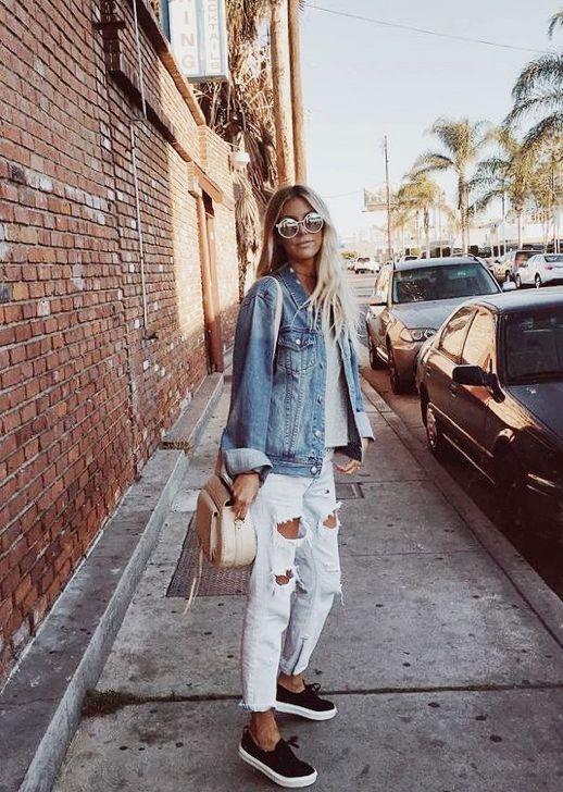 Un look súper casual. Unos boyfriend blanco, una básica gris con una chaqueta de jean y unas zapatillas