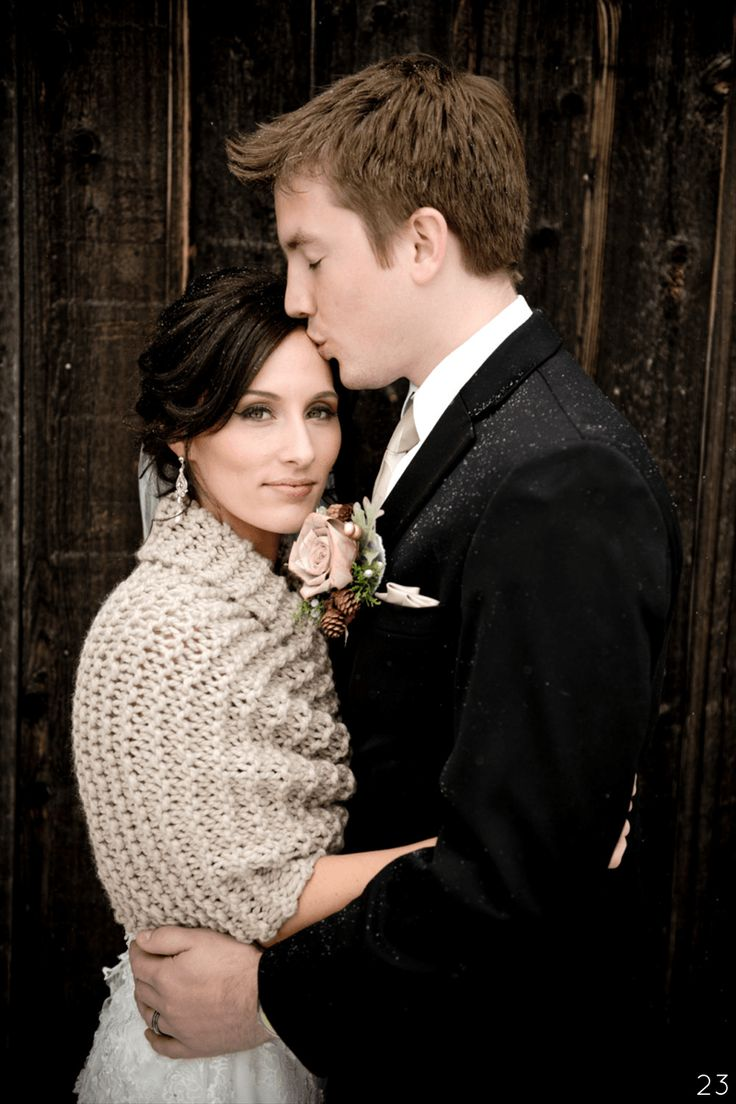 Cozy knit shawl for winter brides | http://emmalinebride.com/themes/ideas-winter-weddings/