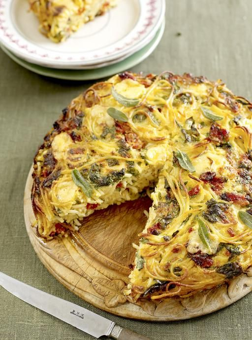 Spaghetti cake with spinach, cheese and sun-dried tomatoes