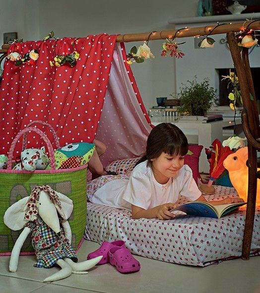Basta um cabo de madeira ou bambu apoiado entre duas cadeiras, mais um pano, e pronto: eis uma cabana perfeita para uma festa do pijama. Produção de Camile Comandini