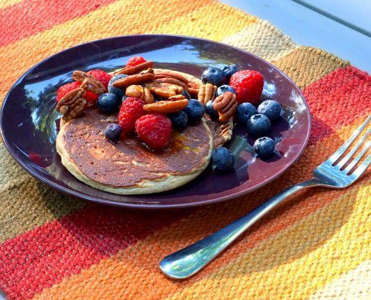 Delicious pancakes! I used 1/2 banana, 2 egg whites, 1 scoop vanilla plant based protein, 1tbsp almond milk and topped with berries and pecans! . . . . . . . . . . . .  Deliciosos pancakes saludables con frutos rojos! Los preparé con medio banano, 2 claras de huevo, medio scoop de proteína orgánica de vainilla y media cucharada de leche de almendras, encima les puse frambuesas, arándanos y nueces de pecán! #healthypancakes #healthybreakfast #healthysnack #healthydessert