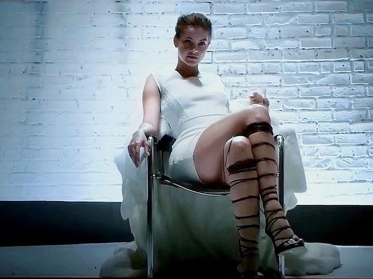 Модель Барбара Палвин в видео ролике издания Love Magazine   Пародия на Основной инстинкт и Шерон Стоун