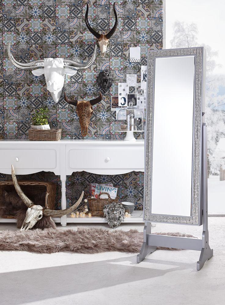 Dieser zweifarbige Stierkopf sorgt für Extravaganz in eurem Zuhause. Durch die in Silber gefärbten Hörner scheint das Dekoelement auf eurer Wand besonders gut hervor. In Kombination mit Grautönen wirkt diese außergewöhnliche Wanddeko besonders schön.