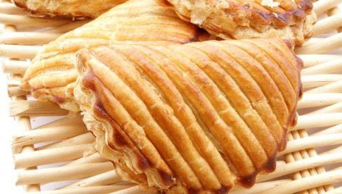 """750g vous propose la recette """"Chausson aux pommes à la cannelle"""" publiée par julie29290."""
