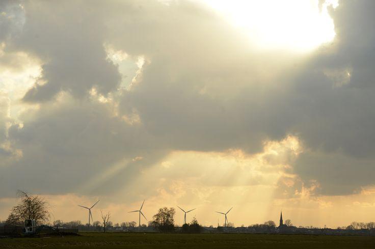 In de verte... De windmolens in Waddinxveen. In dit windpark wordt genoeg energie opgewekt voor 5.800 huishoudens!
