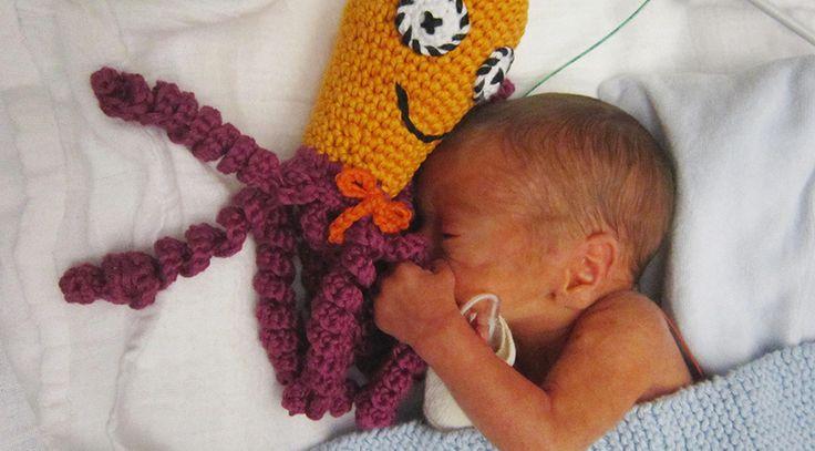 Molly vecka 31+1  Vi behöver er hjälp – att ge för tidigt födda barn trygghet!   Vi har bestämt oss för att hjälpa de för tidigt födda barnen på neonatal-avdelningar över hela Sverige. Hjälpen ska komma i form av små virkade bläckfiskar som denna. Med er hjälp vill vi samla in Läs hela Virka bläckfisk