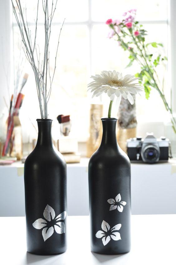 Kamionkowe butelki udekorowanie srebrnymi płatkami - ułożonymi w nasturcje.