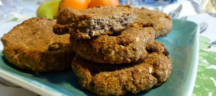 Frukost cookies  2,5 dlMosad banan (ca 2 st)  1,5 dlKokosmjöl  1 dlÄppelmos  2 mskKokosolja, smält  4 stDadlar, urkärnade  1 tskKanel  1/2 tskBikarbonat  1 tskCitronjuice  2 -3 mskrussin  2 mskvalfri torkad frukt, t ex äpple, aprikoser, plommon  1 dlKokosflingor