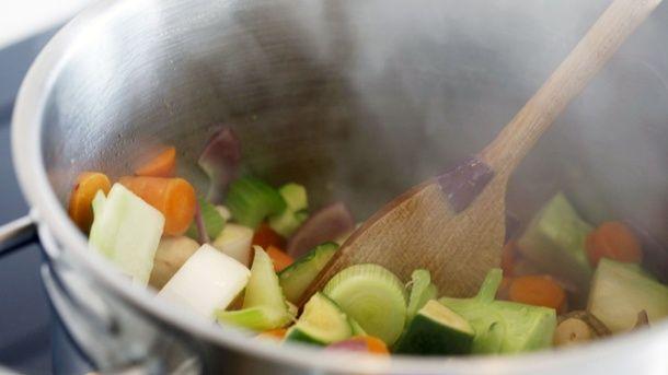 Sellerie, Möhren, Lauch, Zwiebeln – mit vielfältigen Zutaten und Gewürzen wird die Fondue-Brühe geschmackvoller (Quelle: imago/Jochen Tack)