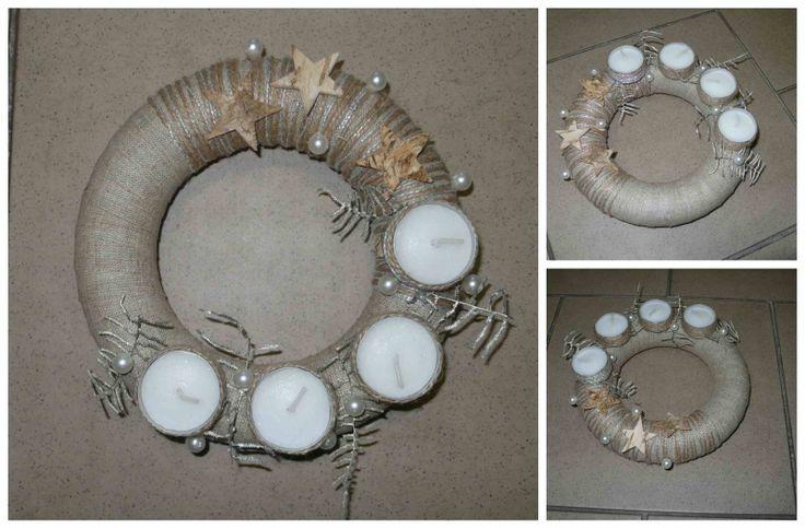 Adventní věnec malý Věnec o průměru cm. Korpus polystyren, použitý materiál: textilie, koření. Svíčky - čajové - možnost vždy po vyhoření doplnit novou náplň.