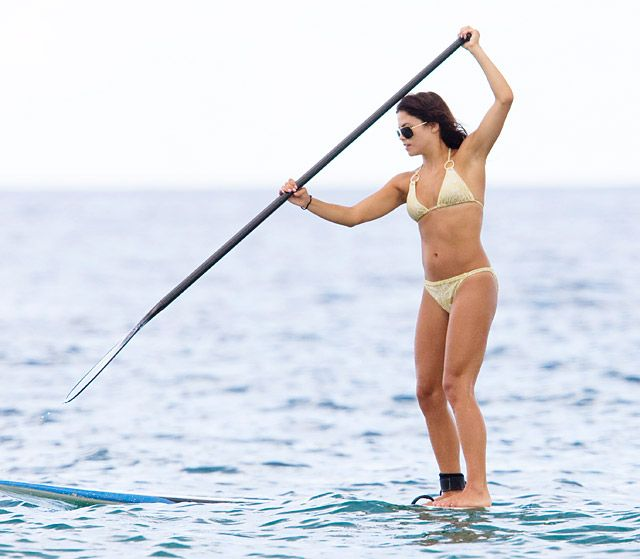 Jenna Dewan-Tatum paddleboarding - someone should teach celebs what to do before getting photographed doing it wrong