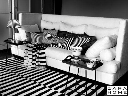 Zara Home Interieur Trends Winter 2013-2014: Zara Home Woonkamer met Bank. Alle Zara Woonaccessoires in Zwart & Wit met Strepen. Zara Kussens, Plaids, Vloerkleed, Zara Servies, Lampekappen en Butler Trays – MEER Interieur… (Foto Zara Home  op DroomHome.nl)