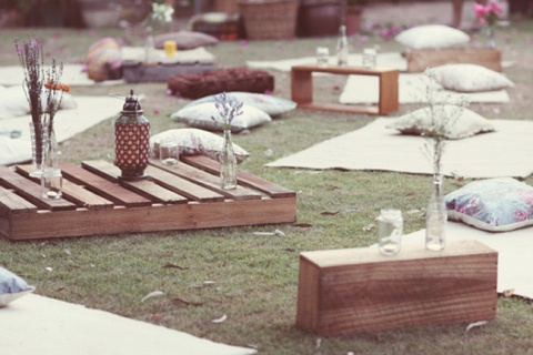 Using Palates as outdoor coffee tables is such a great idea!