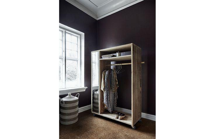 Nature garderob med spegel. En vacker och unik garderob av tall med spegel.   Möbler och inredning från Nordal utstrålar en stilren men också en rustik känsla och personlig känsla. Möbler från Nordal ger en harmonisk känsla i hemmet!