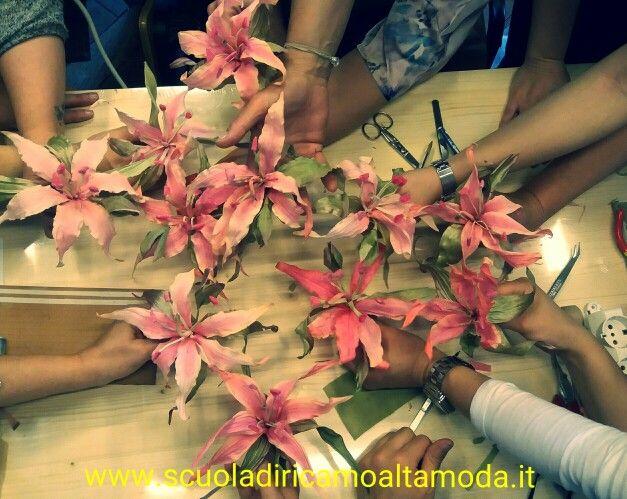 Il nostro corso di fiori in seta continua..... #fioriinseta  #fioriinseta #fioridasposa  #corsofiori #silkflowers #silk #цветоделение  #цветыизшелка #цветы #шелкрвыецветы