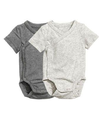Upptäck vår unika kollektion för baby och nyfödda- Baby Exclusive - Shoppa babykläder. Snygga och mjuka plagg i extra fina material och lekvänlig passform. Shoppa online eller i butik.