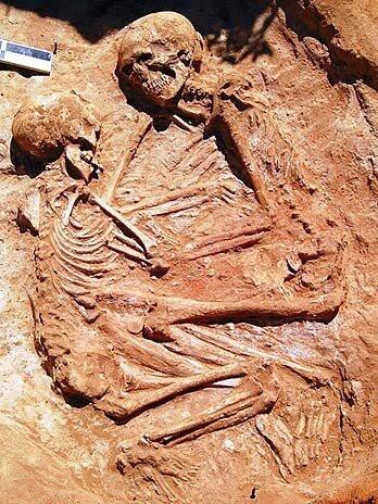 arqueólogos descobriram este casal abraçado na Itália (abraço eterno).