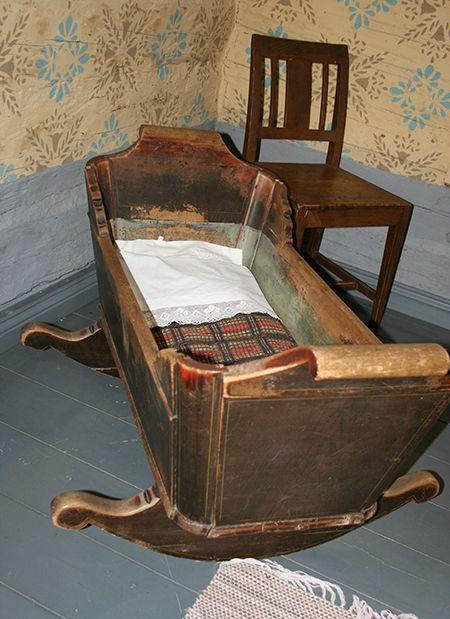 Tässä kehdossa on moni lapsi tuuditettu uneen. Talossa on esillä ajalle tyypillisiä huonekaluja.  Oulu (Finland)