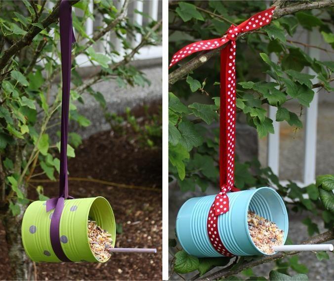 mangeoire oiseaux dans le jardin en boîtes métalliques décorées