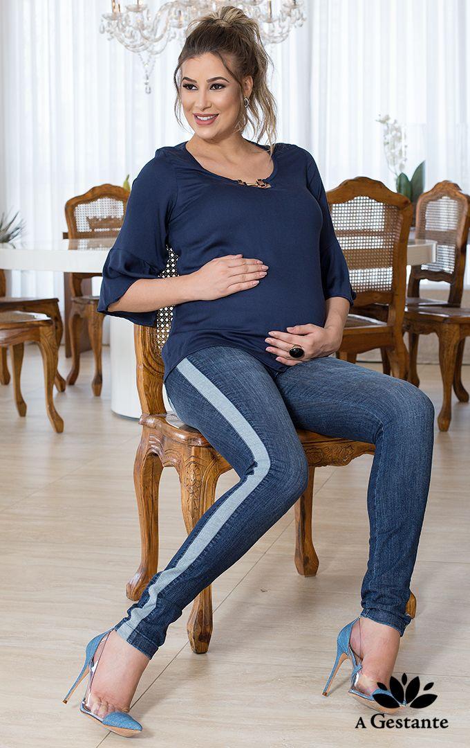 b7d2c2dd0 Calça jeans com pespontos em azul marinho, com faixa detalhe lateral no  avesso do tecido