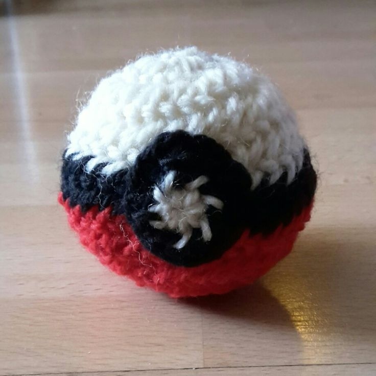 I joined a trend. Pokeball made in nålbinding by Maria Lind Heel