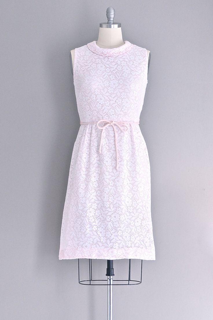 ✧ vintage jaren 1950 witte lace over pink katoen Mouwloos ✧ ✧ cowl nek ✧ uitgerust taille met bijpassende riem van de pijp ✧ terug metalen ritssluiting ✧ bekleed   past zoals: grote  Label: n/b  voorwaarde: uitstekend  ✂-----Metingen  lengte: 41 inch Bust: 38.5 inch Taille: 30 inch Hip: 42 inch     ✧ jurken meer ✧ http://www.etsy.com/shop/PickledVintage?section_id=6411713  ✧ Bezoek de winkel ✧ http://www.etsy.com/shop/PickledVintage