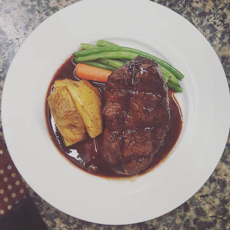 #wreats #cbridge #meat #grilled #restaurant #fridaynight #christmastree #cambridge #kw #flavoure #taste #sauces #beeftenderloin #redwinereduction #roastedpotatoes #elixirbistro