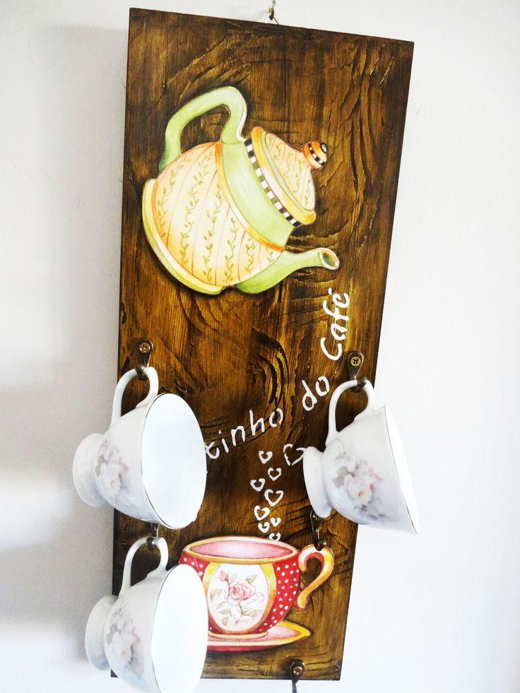 Porta-xícaras confeccionada em mdf trabalhada com pintura artística, imitação de madeira, aplicação de stencil, decoupage e técnica de envelhecimento com proteção de verniz especial.    Decora sua cozinha e também a sala de estar, ou aquele cantinho especial destinado a degustação de uma bela xíc...