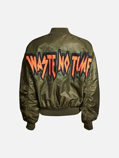 A real statement bomber jacket. Very loose fit body and sleeves. Front pockets with button closing. Zipper closing in front.  Armeijanvihreä
