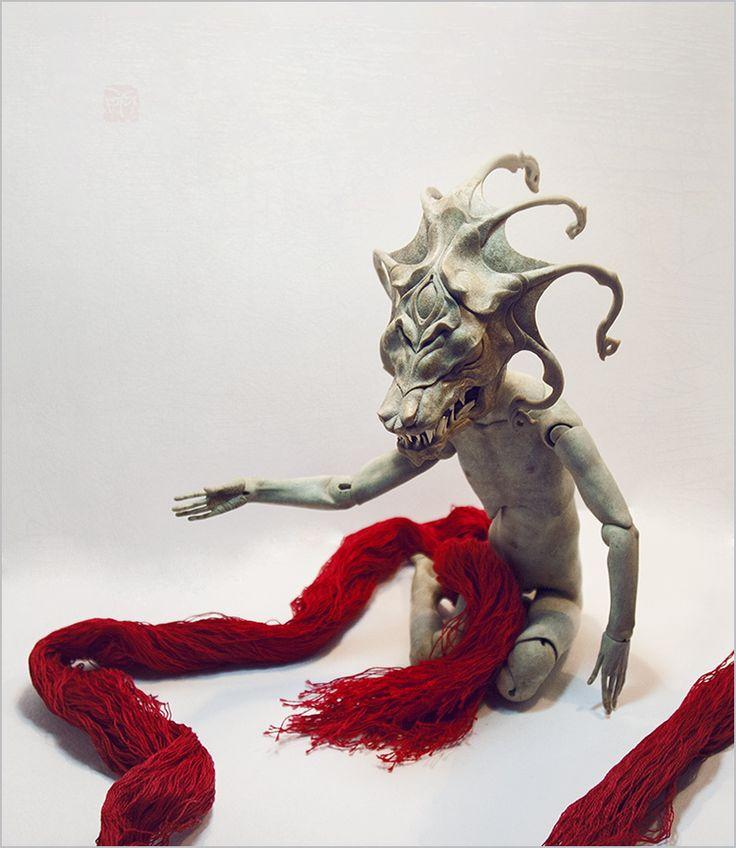 Шарнирная кукла из модифицированного папье-маше. Автор - Шабурова Ксения. Маску дракона делала очень давно. Она из послойного папье-маше, а зубы сделаны из костей сазана. Маска делалась не для этой куклы - она сама по себе.