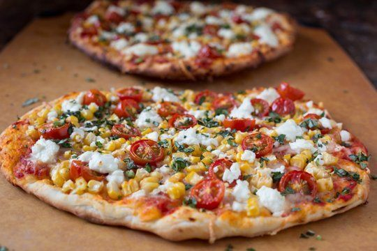 Pizza cu rosii, porumb si branza de capra - www.Foodstory.ro