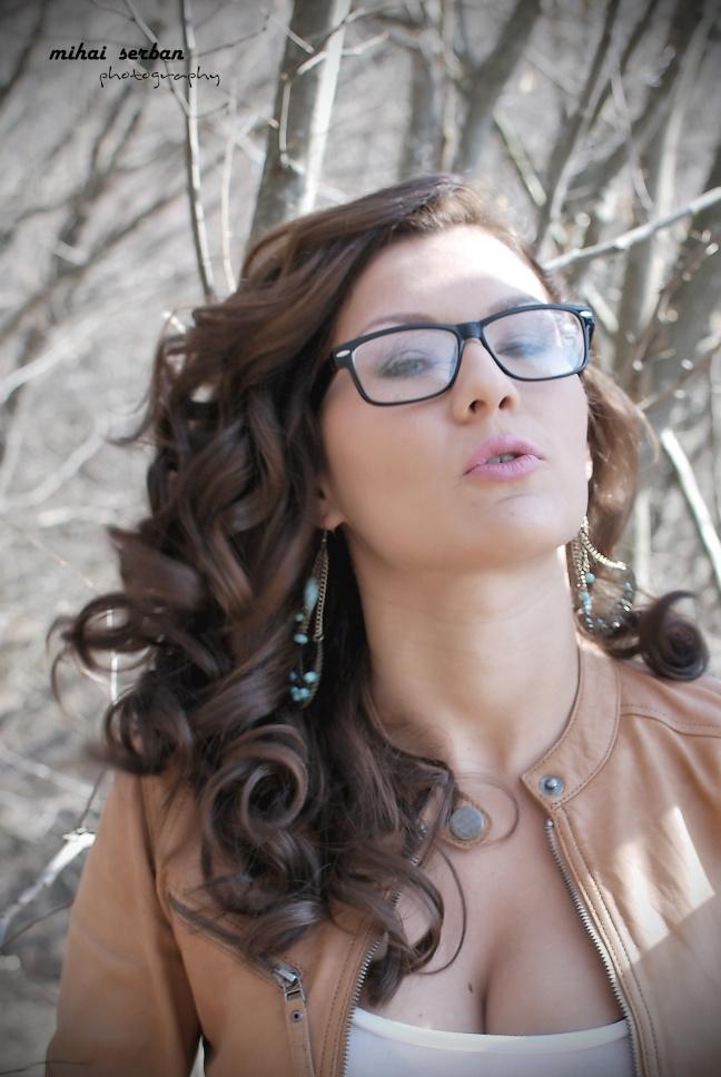 Monica - outdoor portait - geek glasses