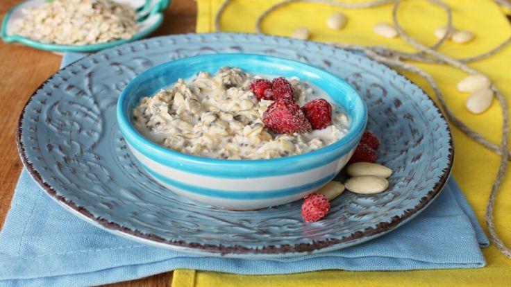 La zuppa di avena dolce è una colazione sana ed equilibrata che tiene lontana la fame apportando un alto numero di fibre in poche calorie.